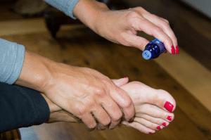 Santé&beauté.fr Utiliser les huiles essentielles pour la méditation - Appliquer le mélange d'huiles essentielles sur la plante des pieds pour un effet bénéfique