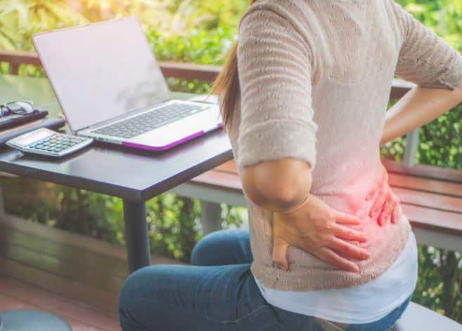 Soulager le mal de dos devant l'ordinateur santé&beauté.fr femme se tient le dos douleurs lombaires